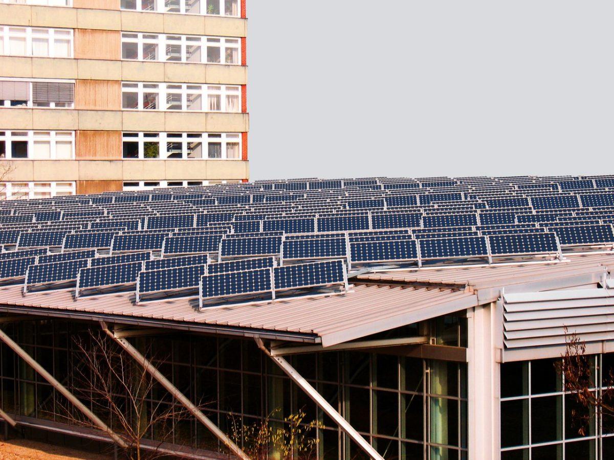 Panele słoneczne na dachu płaskim
